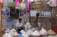 Nhiều nghệ nhân, thợ thủ công giỏi trình diễn tại Hội chợ làng nghề