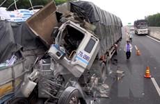 Đâm vào xe tải nổ lốp trên đường cao tốc, hai người thương vong