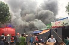 Nghệ An: Đang cháy lớn tại dãy nhà kho ở gần khu vực chợ Vinh
