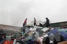 Đã khống chế được đám cháy lớn tại kho hàng hóa gần chợ Vinh
