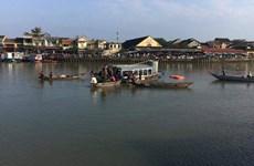 Cãi nhau, chồng lái ôtô chở vợ và hai con lao xuống sông tự tử