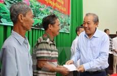 Phó Thủ tướng tặng quà cho gia đình chính sách, hộ nghèo ở Đồng Tháp
