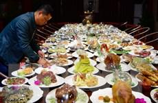 Choáng ngợp với bàn yến tiệc có hàng trăm món ăn làm bằng... đá quý