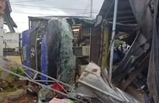 Ôtô chở khách đâm vào nhà dân ở Nha Trang, hàng chục người bị thương