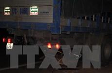 Phóng nhanh khi trời tối, xe máy lao vào gầm xe tải, 1 người chết