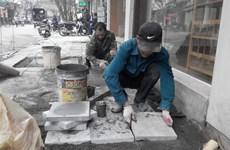 Hà Nội lát vỉa hè bằng đá tự nhiên, chỉnh trang bộ mặt đô thị