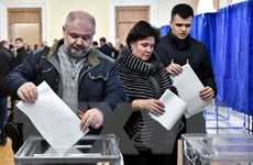 Hình ảnh các cử tri Ukraine đi bỏ phiếu bầu tổng thống mới