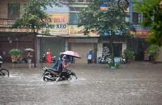 Mưa to bất ngờ sáng 30/4 làm ngập một số tuyến phố ở Hà Nội