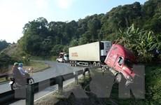 Xe container mất lái, lao xuống rãnh khi đổ dốc trên Quốc lộ 279