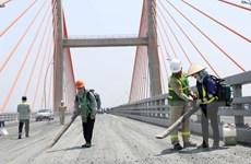 Quảng Ninh: Tiến hành trải thảm nhựa, bù vênh mặt cầu Bạch Đằng