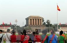 Nhân dân đến xem lễ thượng cờ, chào cờ tại Quảng trường Ba Đình