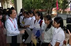 Bộ trưởng Phùng Xuân Nhạ động viên các thí sinh tại Đắk Lắk