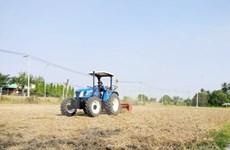 San phẳng ruộng bằng tia laser để sản xuất 'cánh đồng lớn'