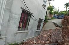 Ảnh hưởng bão số 2, một số nhà dân ở Mỹ Đức có nguy cơ sụt lún