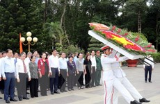Chủ tịch Quốc hội tưởng niệm các anh hùng, liệt sỹ tại TP.HCM