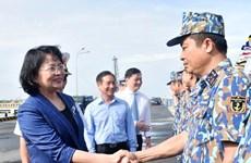 Phó Chủ tịch nước thăm và tặng quà cán bộ, chiến sỹ Vùng 2 Hải quân