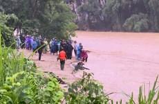 Lũ quét ở Thanh Hóa: Thanh niên bơi ra dòng nước cuồn cuộn cứu người