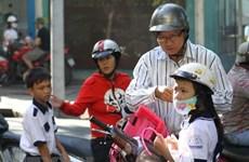 Tập trung xử lý hành vi chở trẻ em đi xe máy không đội mũ bảo hiểm