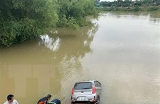 Xe taxi lao xuống sông, một người tử vong, tài xế mất tích