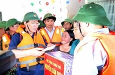 Phó Thủ tướng Vương Đình Huệ thăm hỏi nhân dân vùng lũ Hương Khê