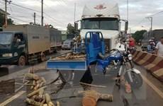 Mất lái, tạt đầu container, xe ba gác bị đâm xa hàng chục mét