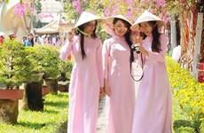 Duyên dáng áo dài của phụ nữ Việt Nam trên đất nước Lào