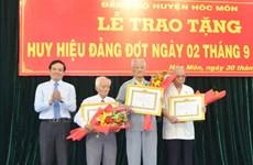 Thành phố Hồ Chí Minh trao tặng huy hiệu Đảng cho hơn 1.800 đảng viên