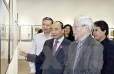 Thủ tướng Nguyễn Xuân Phúc thăm triển lãm của họa sỹ Ngô Mạnh Lân