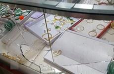 Bắt được nghi can dùng búa đập vỡ tủ kính, cướp tiệm vàng ở Long An