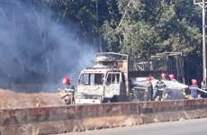 Hiện trường vụ xe tải chở bìa cáttông cháy rụi khi đang lưu thông