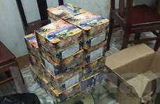 Phát hiện hàng chục kg pháo lậu giấu trong xe tải chở cám, gạo