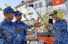 Tàu cảnh sát biển mang quà Tết đến với chiến sỹ đảo Bạch Long Vĩ