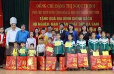 Phó Chủ tịch nước tặng quà công nhân, đối tượng chính sách ở Bắc Giang
