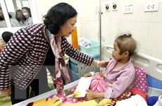 Trưởng Ban Dân vận TW tặng quà các bệnh nhân ung thư tại Bệnh viện K