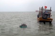 Quảng Bình: Cứu nạn thành công 6 ngư dân bị chìm tàu trên biển