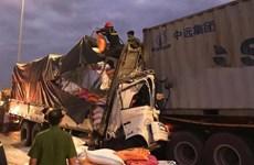 Xe tải biến dạng khi va chạm với container, 4 người mắc kẹt
