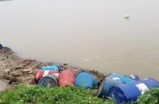 Xác định được đối tượng đổ chất thải nghi độc hại xuống sông Hồng