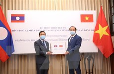Việt Nam trao trang thiết bị y tế hỗ trợ Lào, Campuchia chống COVID-19