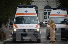 Trao tặng 500 triệu đồng ủng hộ nhân dân Romania chống dịch COVID-19