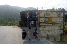 Điện Biên: Xe đầu kéo container bị lật khi vào cua, tài xế bị thương