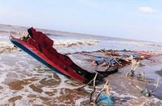 Cứu 3 thuyền viên người Indonesia trôi dạt vào vùng biển Sóc Trăng