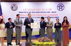 Hà Nội trao tặng thành phố New York vật tư y tế phòng, chống COVID-19