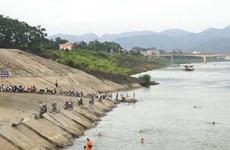 Phớt lờ biển cấm nguy hiểm, người dân vẫn 'vô tư' tắm trên sông Đà