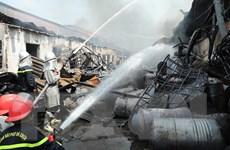 [Photo] Cận cảnh lính cứu hỏa xông pha dập tắt đám cháy ở Đức Giang