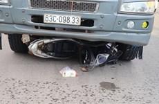 Bình Phước: Xe tải cuốn xe máy vào gầm, 2 mẹ con tử vong