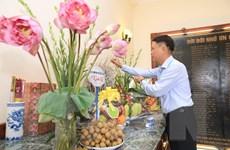 [Photo] Thắp hương tưởng nhớ các anh hùng liệt sỹ của TTXVN