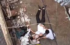 Bị xe chuyển vật liệu từ tầng 5 rơi trúng, một người nhập viện