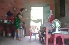 Long An: Khởi tố, bắt tạm giam người phụ nữ hành hạ mẹ ruột
