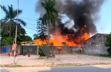 Người dân đốt cỏ khiến 2 nhà hàng bị cháy, thực khách thoát nạn