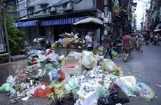 [Photo] Rác 'bủa vây' nhiều đường phố Hà Nội, bốc mùi khó chịu
